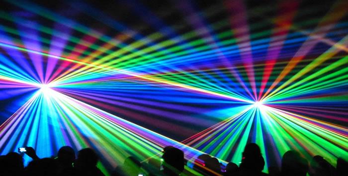 jeu de lumière laser en boite de nuit